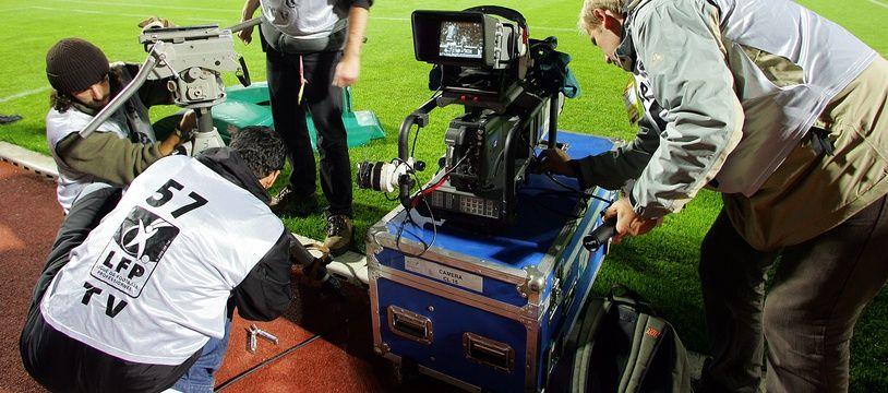 Illustration de caméras posées au bord d'un terrain de Ligue 1.