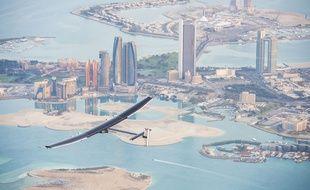 L'avion solaire Solar Impulse 2 lors d'un vol test effectué fin février à Abu Dhabi, avant le départ pour le tour du monde le 9 mars 2015.