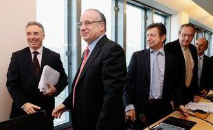 Le directeur de la Caisse nationale d'Assurance Maladie (CNAM), Frédéric Van Roekeghem (à gauche) salue le président de la Confédération des syndicats médicaux français Michel Chassang (deuxième à gauche) avant la dernière séance de négociations sur les dépassements d'honoraires, le 17 octobre 2012 à Paris