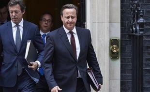 Le Premier ministre britannique David Cameron (C) quitte le 10 Downing Street, à London, le 7 septembre 2015.
