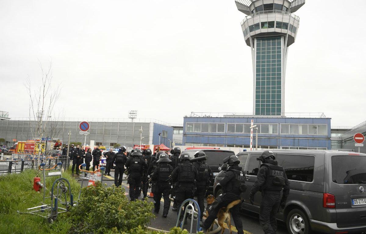 Une opération de déminage est en cours à l'aéroport d'Orly.  – CHRISTOPHE SIMON / AFP