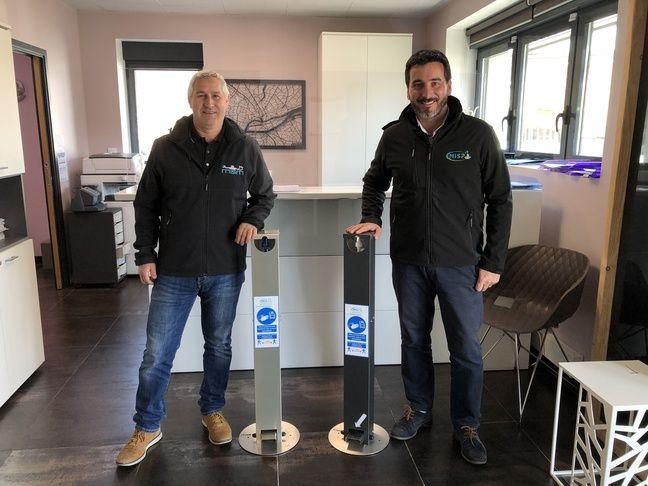 Deux chefs d'entreprise et amis ont créé une borne de distribution de gel hydroalcoolique