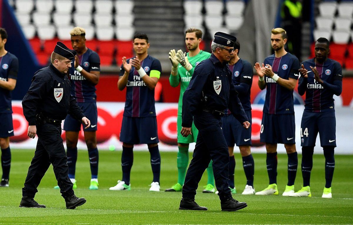 Présents sur la pelouse du Parc des Princes, les CRS reçoivent les applaudissements des joueurs.  – FRANCK FIFE / AFP