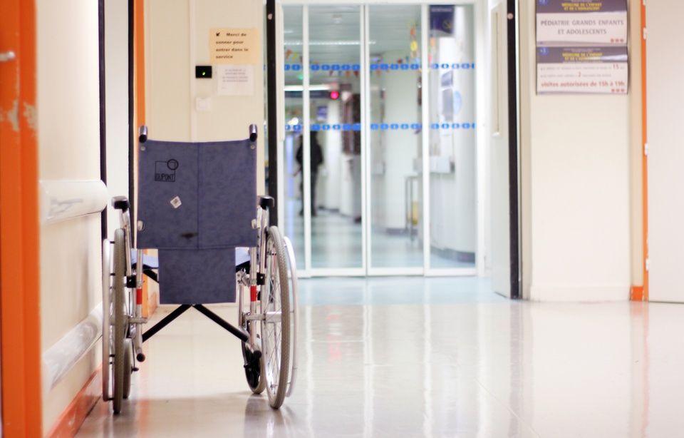 Finistère : Le différend familial dégénère, il débarque avec une carabine à l'hôpital 960x614_illustration-fauteuil-roulant-couloirs-hopital