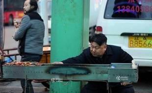 Un sosie chinois de Kim Jong un, vend des brochettes sur un marché de Shenyang (au nord-est de la Chine)