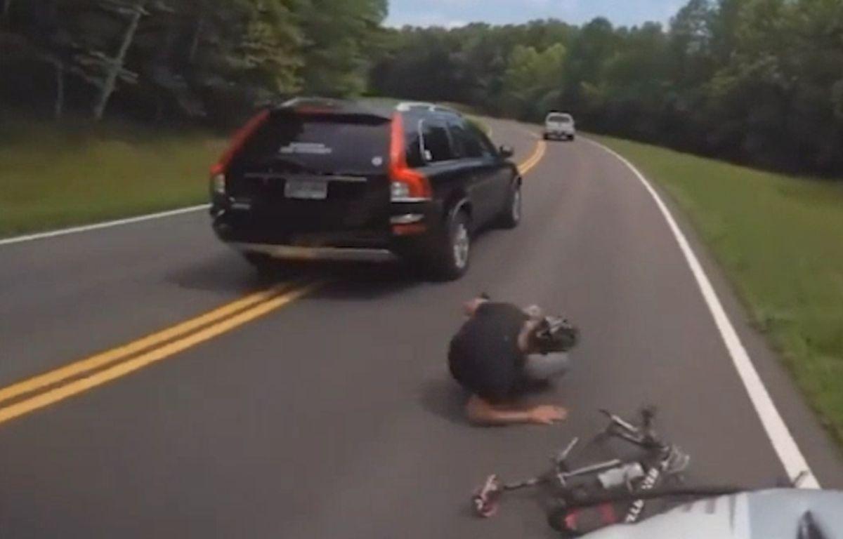 États-Unis : Ce cycliste se fait violemment percuter par une voiture.  – Capture d'écran
