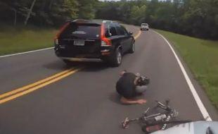 États-Unis : Ce cycliste se fait violemment percuter par une voiture.