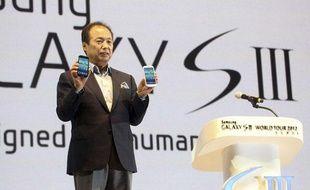 Shin Jong-kyun, le président de la division mobile de Samsung, pose avec le nouveau smartphone du groupe, le Galaxy S3.