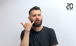 Un instructeur de l'Académie de langue des signes