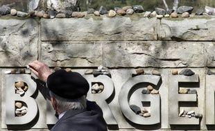 Un homme laisse une pierre à l'occasion  de la cérémonie qui fête les 65 ans de la libération du camp de Bergen-Belsen, le 18 avril 2010