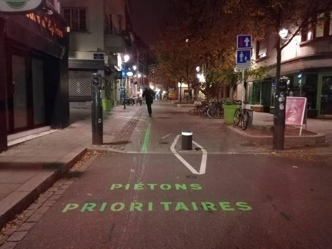 Piétons prioritaires et axes à privilégier par les cyclistes font partie de tous nouveaux marquages dans le centre de Strasbourg pour la cohabitation.