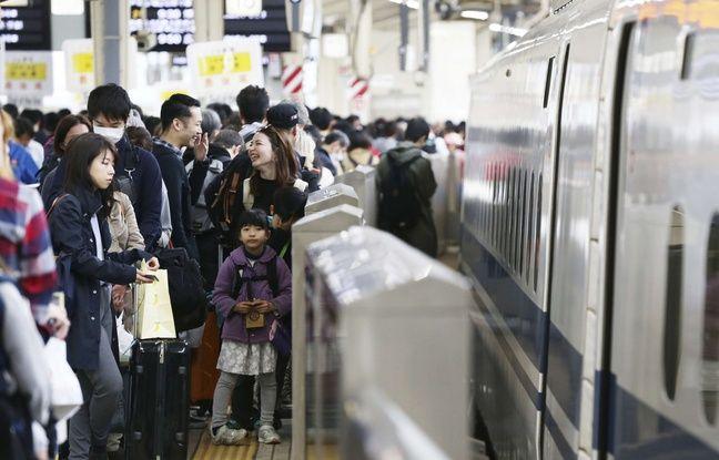 Des vacanciers s'apprêtent à monter dans un train à Tokyo, le 26 avril 2019.