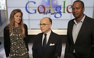 Bernard Cazeneuve entouré de Rachel Whetstone et David Drummond, respectivement responsable de la communication et vice-président du développement de Google,  le 20 février 2015.