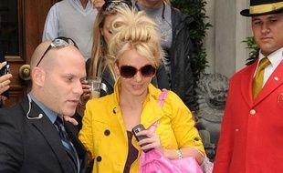 Britney Spears quitte son hôtel londonien le 19 juin, direction l'aéroport où elle doit prendre l'avion pour Dublin.
