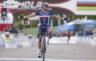 Le Français Julian Alaphilippe passe victorieux la ligne d'arrivée aux championnats du monde de cyclisme, à Imola en Italie, le 27 septembre 2020.