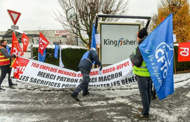 Des manifestants devant le siège social de Kingfisher, à Templemars, dans le Nord.
