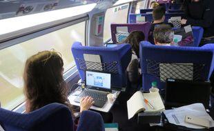 Lesvoyageurs du TGV Paris-Lyon pourront, à compter du 15 décembre, profiter d'un service de connexion internet à bord.