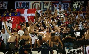 Les supporters lyonnais, mardi dans le stade Ramón Sánchez Pizjuán de Séville. CRISTINA QUICLER
