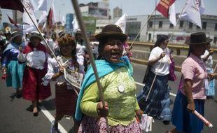Des milliers de personnes défilent dans le centre de Lima pour la protection de la planète, le 10 décembre 2014