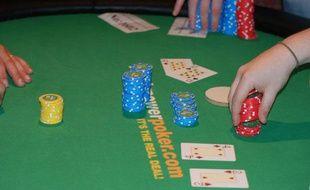 Illustration d'une table de poker avec cartes et jetons.