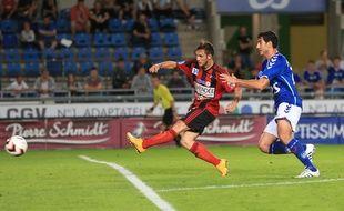 Le Racing club de Strasbourg défie les Herbiers en Vendée. Au match aller à la Meinau, en fin août, ses défenseurs –ici Felipe Saad– avaient souffert face aux attaquants vendéens. (Archives)