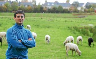 Matthieu élève des moutons avranchins, une race locale menacée, ici au Rheu.