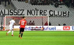 Les supporters du LOSC ont manifesté leur colère mercredi lors du dernier match de l'année face à Nice/ AFP PHOTO / DENIS CHARLET