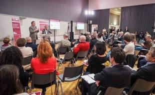 Des citoyens participent à une consultation sur la réforme des retraites avec le haut-commissaire aux retraites Jean-Paul Delevoye, à Poitiers, le 21 novembre 2019.