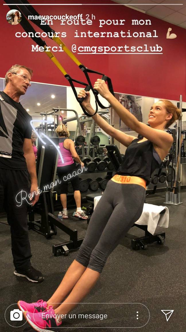 Maëva Coucke en train de renforcer ses bras à la salle de sport.