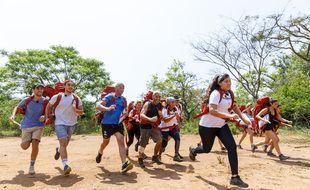 Une partie des binômes de la saison 14 de Pékin Express, lors de la première étape tournée en Ouganda en mars 2020.