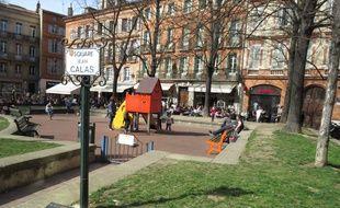 Sur la place Saint-Georges de Toulouse, un square et une plaque commémorent la mémoire de Jean Calas, un marchand protestant exécuté en 1762.