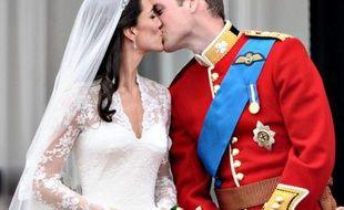 """Le prince William et son épouse Kate Middleton ont réussi un """"sans faute"""" durant leur première année de mariage, affirment avec une belle unanimité les commentateurs royaux, et le pays n'attend plus désormais que l'heureuse naissance d'un héritier."""