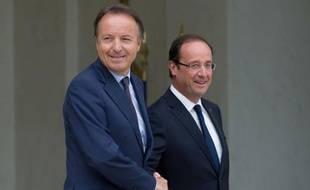 """Le président du Sénat, Jean-Pierre Bel, a commenté mardi les proptestations de Marine Le Pen pour ne pas être reçue par François Hollande à l'Elysée, affirmant qu'il était difficile pour le chef de l'Etat de """"satisfaire tout le monde""""."""