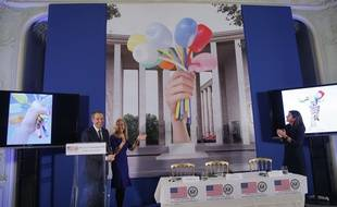 Anne Hidalgo, l'ambassadrice des etats-Unis en France et Jeff Koons devant une reproduction du «Bouquet de tulipes».