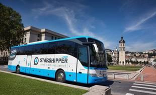 Un bus aux couleurs de Starshipper dans les rues de Lyon.