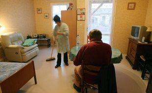 Une aide à domicile fait le ménage chez un particulier, le 9 avril 2009, à Montemb?uf, en Charente