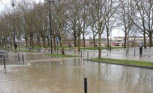 Les quais de Queyries ont été inondés vendredi matin.