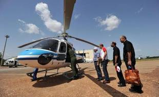 Des membres de famille de passagers libanais victimes du crash de l'avion d'Air Algérie attendent sur la base de l'aéroport de Ouagadougou le 27 juillet 2014