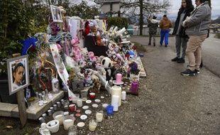 Objets, fleurs et bougies ont été déposés en hommage à Maëlys, en février 2018 à Pont-de-Beauvoisin (Isère).