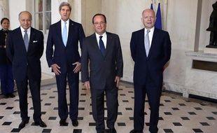 Le ministre des Affaires étrangères Laurent Fabius, son homologue américain John Kerry, le président de la République François Hollande et le chef de la diplomatie britannique William Hague au palais de l'Elysée le 16 septembre.