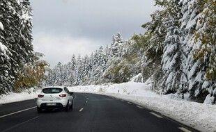Une route enneigée à Brioude (Puy-en-Velay).