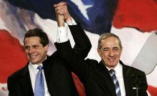 Mario Cuomo (D) et son fils Andrew Cuomo le 7 novembre 2006 à New York
