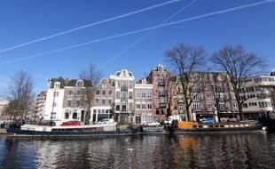 Les célèbres canaux d'Amsterdam attirent de nombreux touristes.