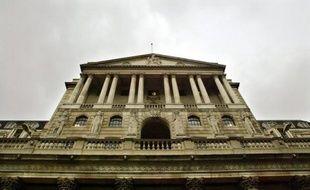 La Banque d'Angleterre (BoE) a annoncé jeudi, comme attendu, l'injection de 50 milliards de livres (62,2 milliards d'euros) dans l'économie britannique, portant le montant total de son programme de soutien à une économie en récession à 375 milliards de livres.