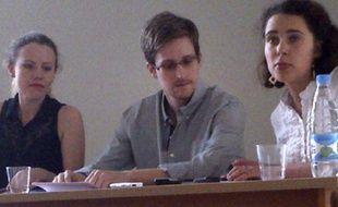 Edward Snowden, sur une photo fournie par Human Rights Watch, en compagnie de Sarah Harrison, de Wikileaks (à gauche), à l'aéroport de Moscou, le 12 juillet 2013.