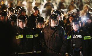 Des policiers et des gardes nationaux à Ferguson, dans le Missouri, le 28 novembre 2014.