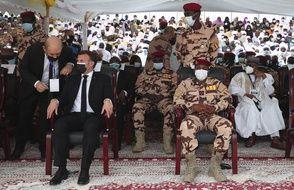 Lors des funérailles du président tchadien Idriss Deby à N'Djaména, au Tchad Vendredi 23 avril 2021, Emmanuel Macron, a pris place au premier rang, à côté du fils du président tchadien Mahamat Idriss Deby, le nouvel homme fort du pays.