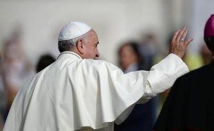 Le pape François salue les fidèles rassemblés sur la place Saint-Pierre le 15 octobre 2014 au Vatican