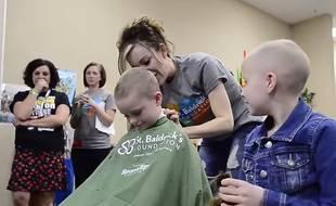 Aux Etats-Unis, des élèves se sont rasés la tête pour soutenir une camarade atteinte d'un cancer.