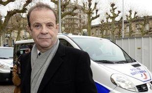 """Le photographe François-Marie Banier quitte le palais de justice de Bordeaux, le 26 janvier 2014, après la première journée du procès du volet """"abus de faiblesse"""" de l'affaire Bettencourt"""